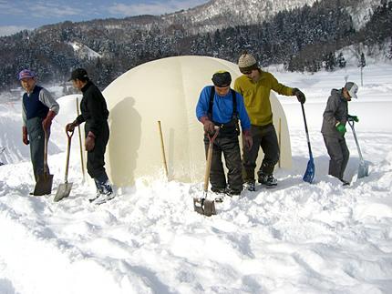 信濃平很棒的雪洞是這樣堆造起來的